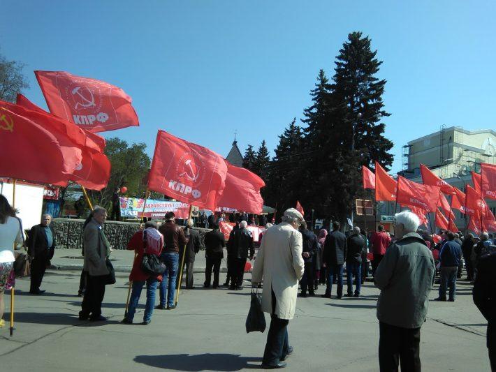 Любители красного цвета в центре на 1-ое мая