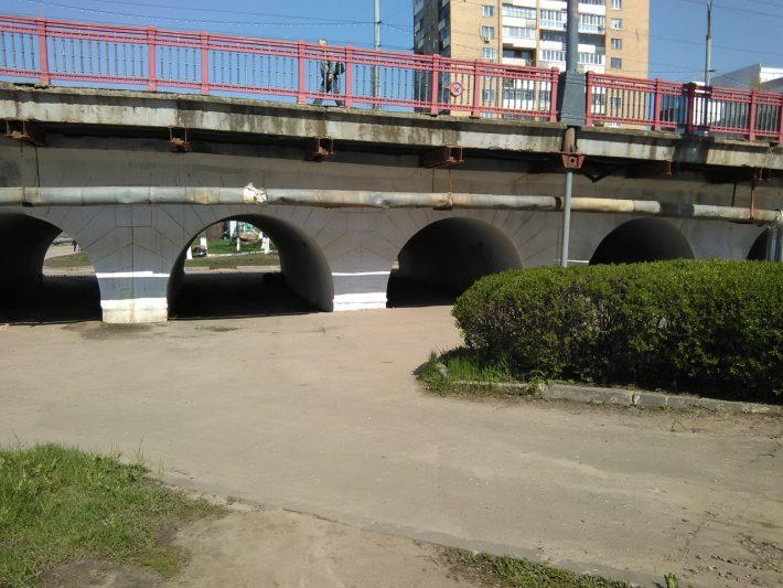 Мост в центр города, он же туалет (хорошо, что фото не передаёт запах...)