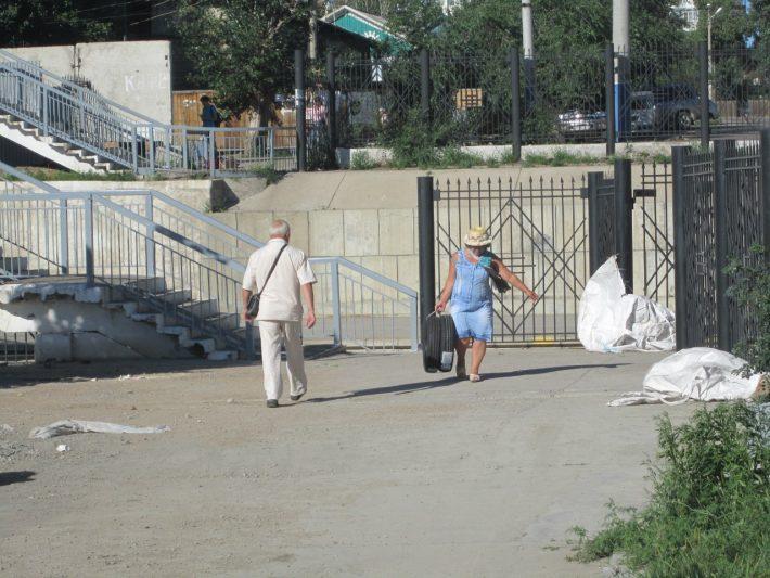 Лестница в Забайкальске. Автобусы останавливаются на другой стороне и люди вынуждены нести свои сумки на руках
