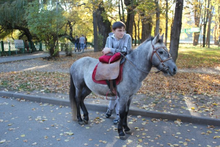 Парень часто радовал детишек, катая их на этой чудесной лошадке
