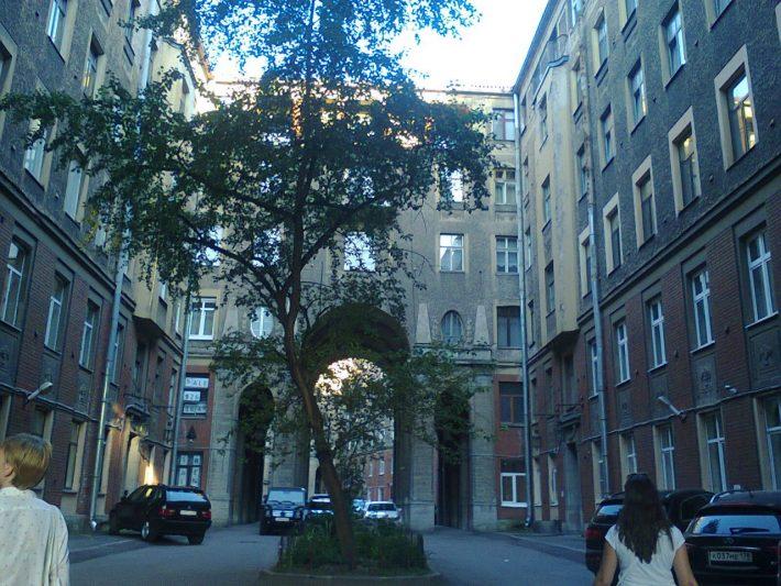 Питерский двор, где-то в центре