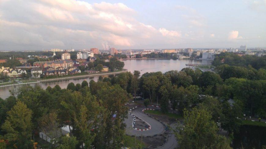 Вид на город и Верхнее озеро с колеса обозрения. Ленинградский район