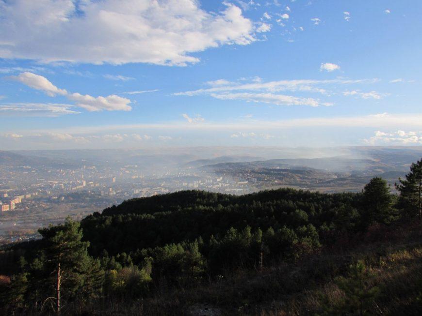 Весь город накрыло дымом от сожжения листвы. И так на две недели с парой перерывов