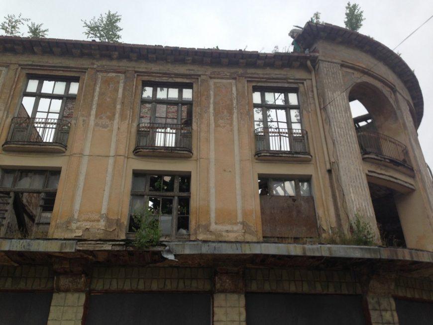 Одно из многих заброшенных зданий