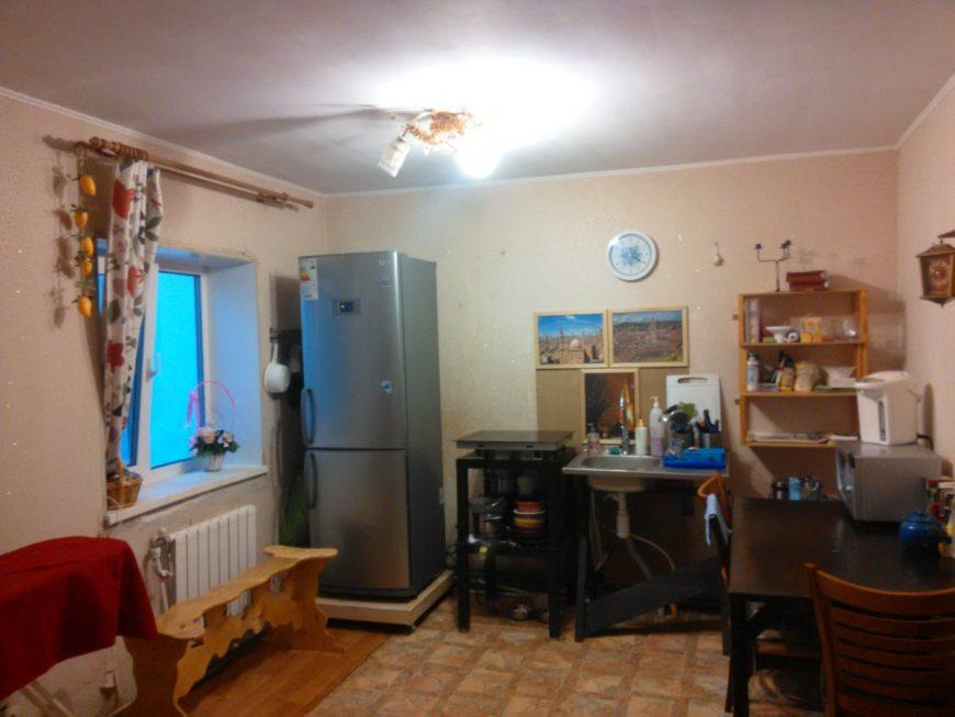 Кухня с временной мойкой и самодельной колесной платформой под холодильником